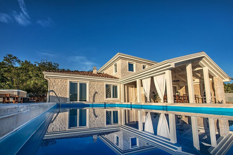 Stone Villa Belvedere, on Kvarner, with a Pool, location de vacances à Jadranovo