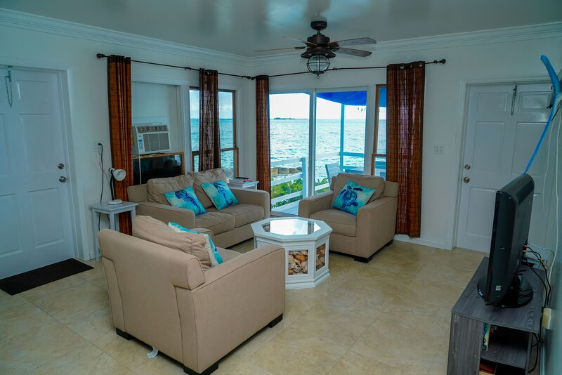 Waters Edge, Beachfront comes with golf cart, kayaks and paddleboards, location de vacances à Spanish Wells