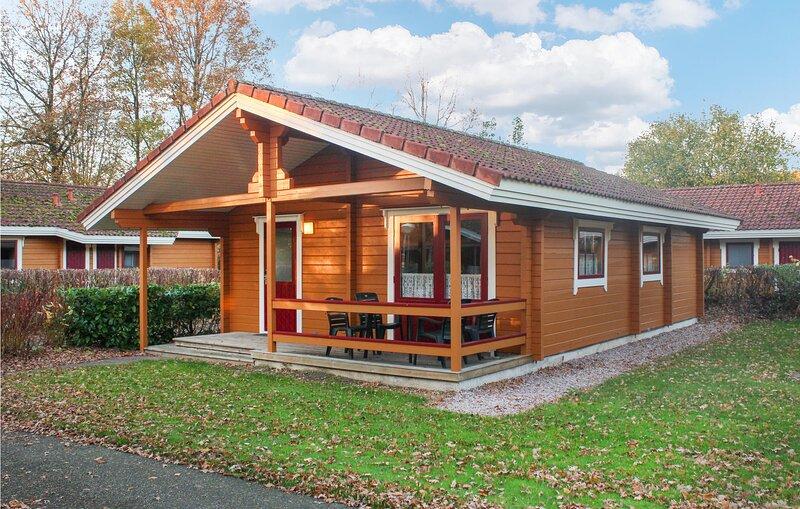 Amazing home in Gramsbergen with Indoor swimming pool, WiFi and 2 Bedrooms (HOV0, alquiler vacacional en Bergentheim