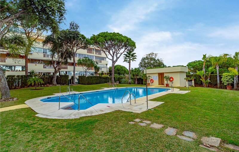 Stunning apartment in Málaga with Outdoor swimming pool, WiFi and 2 Bedrooms (E, alquiler vacacional en Artola