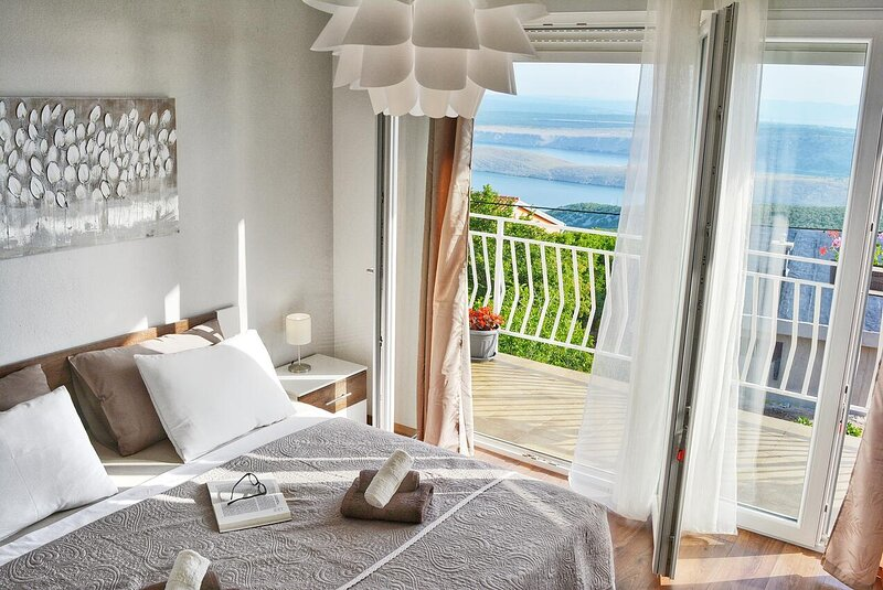 Smrika Apartment Sleeps 5 with Air Con - 5634612, alquiler vacacional en Smrika