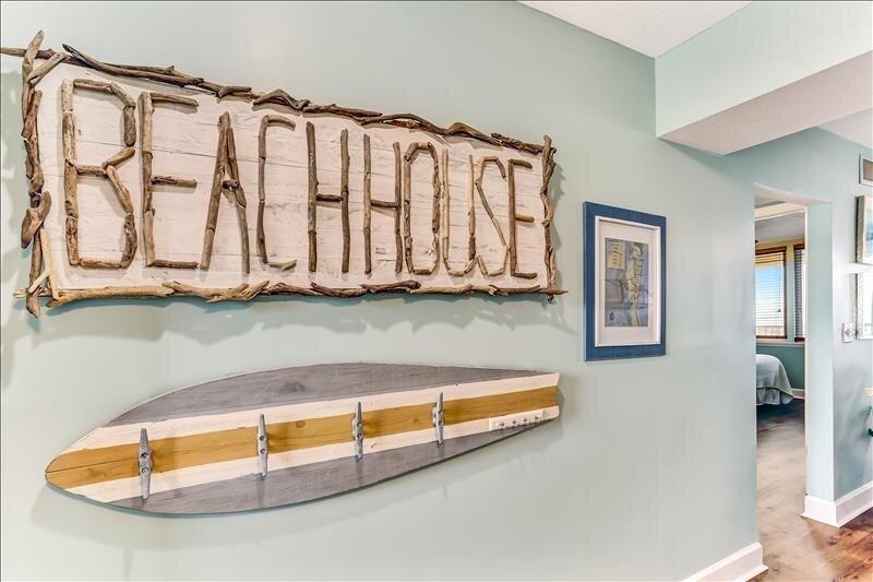 Furniture,Rowboat,Boat,Transportation,Indoors