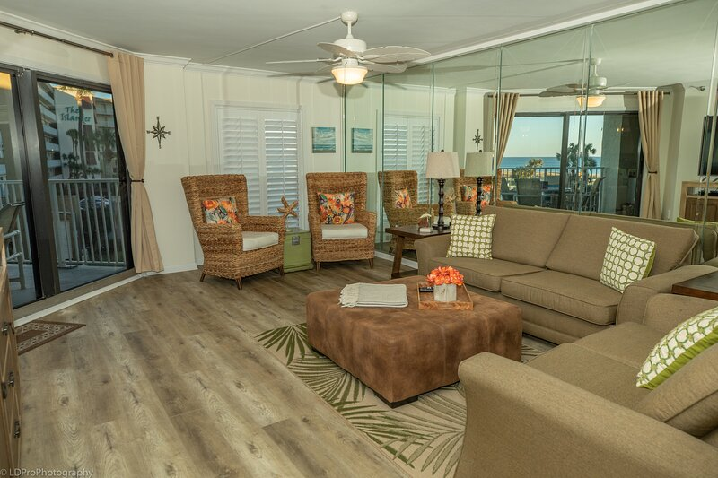 IR 216 is a Completely Updated 2 BR Sunset View unit with over 1300 sf, aluguéis de temporada em Shalimar