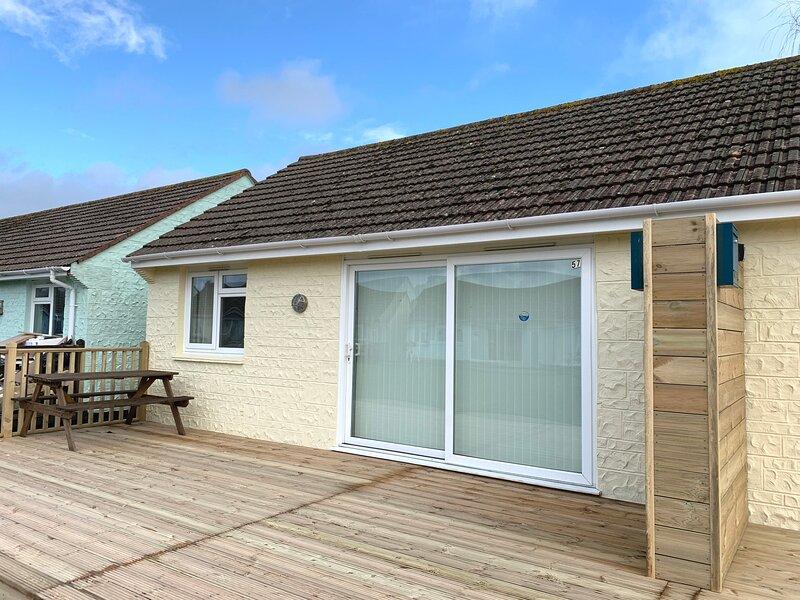 2 Bedroom Bungalow (SV57), Seaview, Isle of Wight, Dog Friendly, Sleeps 4, location de vacances à Nettlestone
