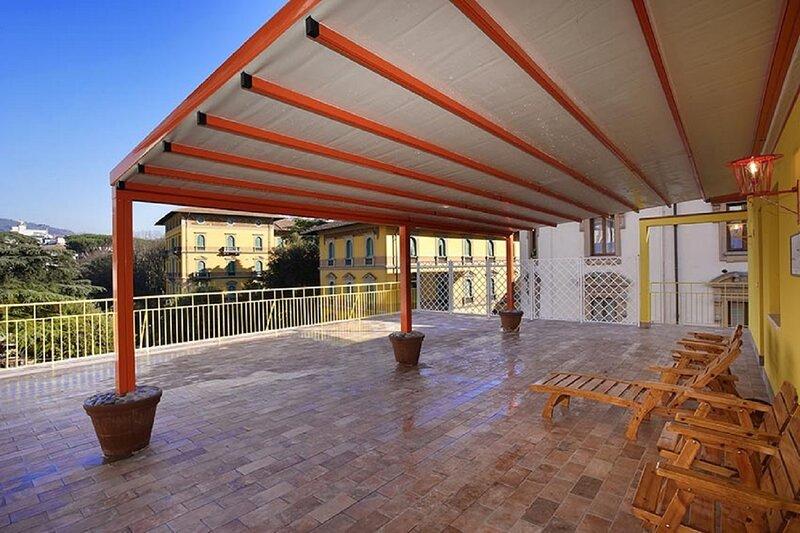 Attico Incerpi, terrazza sui tetti di Montecatini Terme, casa vacanza a Montecatini Terme