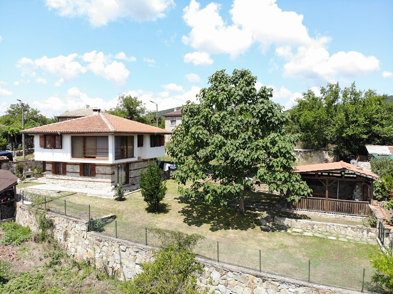 Lovely 4-Bed House in Kosti, vacation rental in Ahtopol