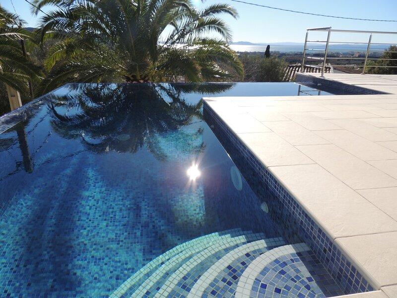 Villa en zona tranquila de Roses con piscina privada y jardín de 300 m2, aluguéis de temporada em Palau-Saverdera