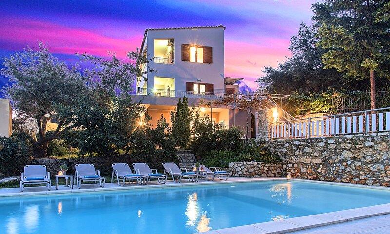 Grand View Villa Private Heated Pool, vakantiewoning in Kastellos