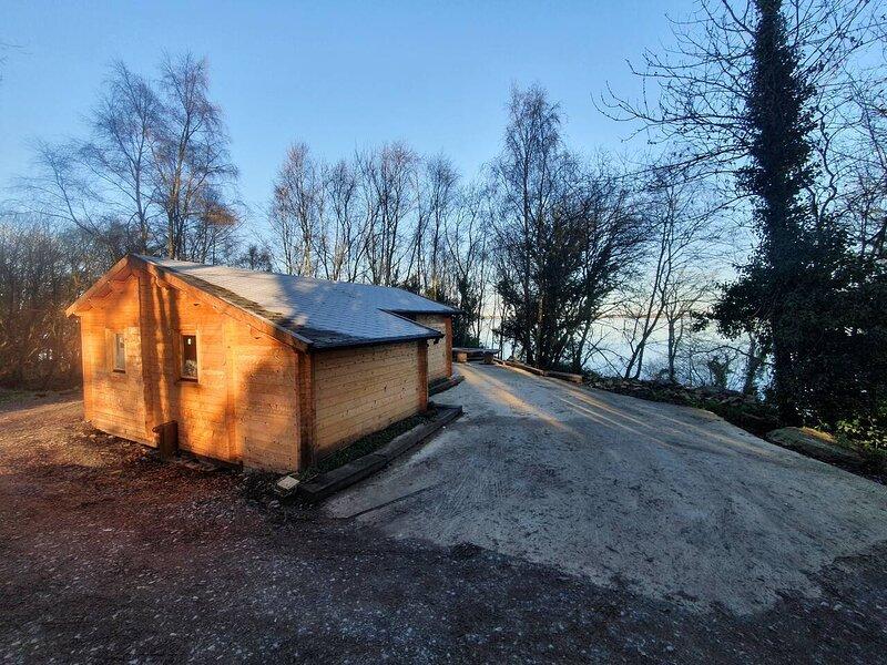 Stunning log cabin on the lake, location de vacances à Newport
