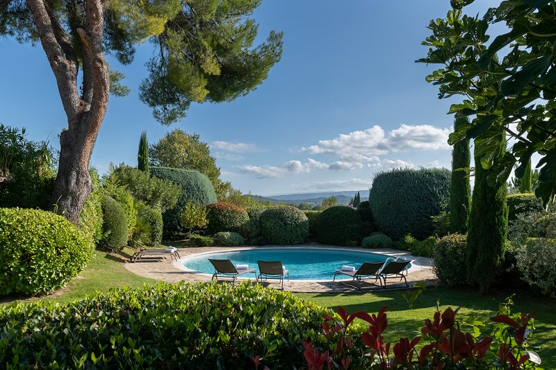 A traditional provencal farm with heated big round pool, holiday rental in Joucas