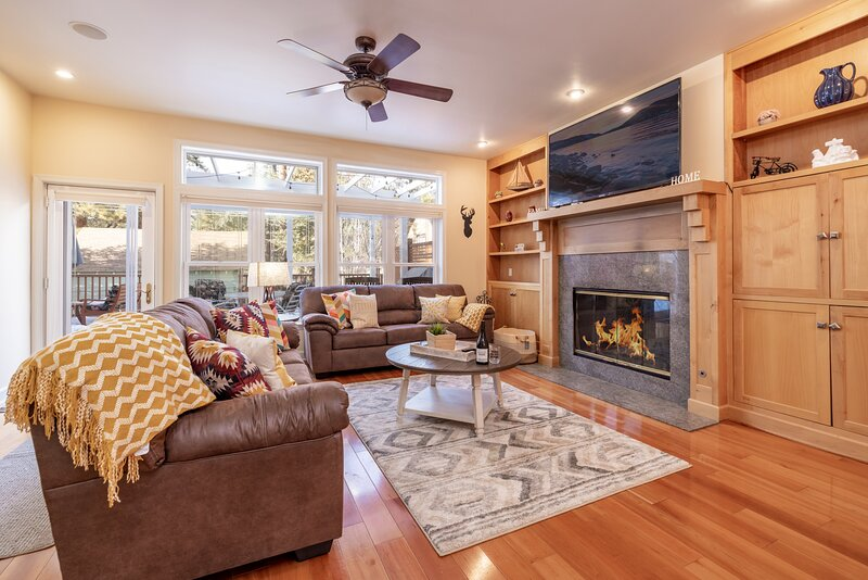 The Grand Chalet | Luxury Estate | Hot Tub | Game Room | Theatre, holiday rental in Cherry Valley