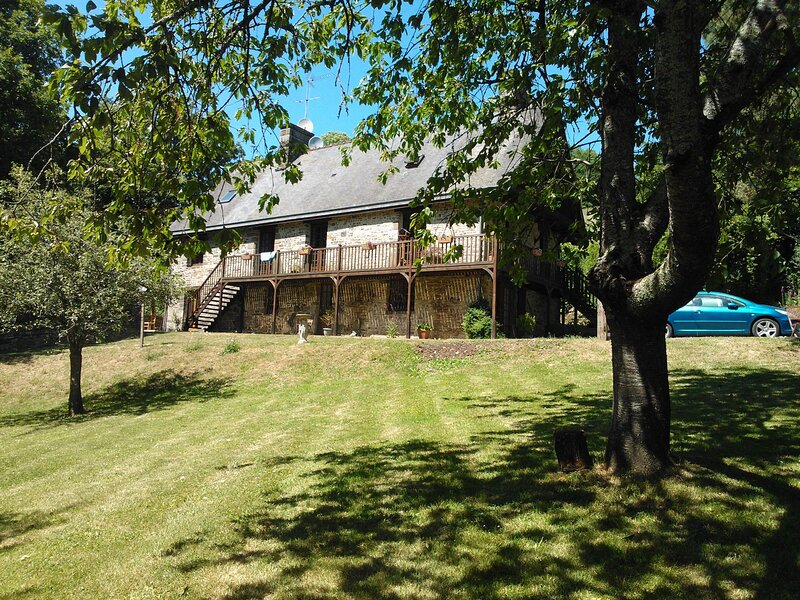 A SWISS LOOKING FRENCH PROPERTY IN RURAL NORMANDY, location de vacances à Moyon