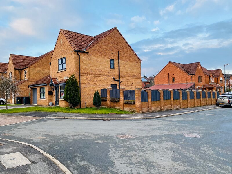 4-Bed House with Private Garden in Barnsley!, casa vacanza a Swinton