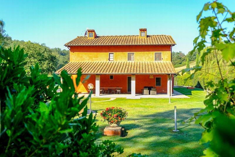 Stunning villa,Saltwaterpool,Sauna,Wi-Fi,fenced garden,table tennis,BBQ,sleep 16, holiday rental in Leccio