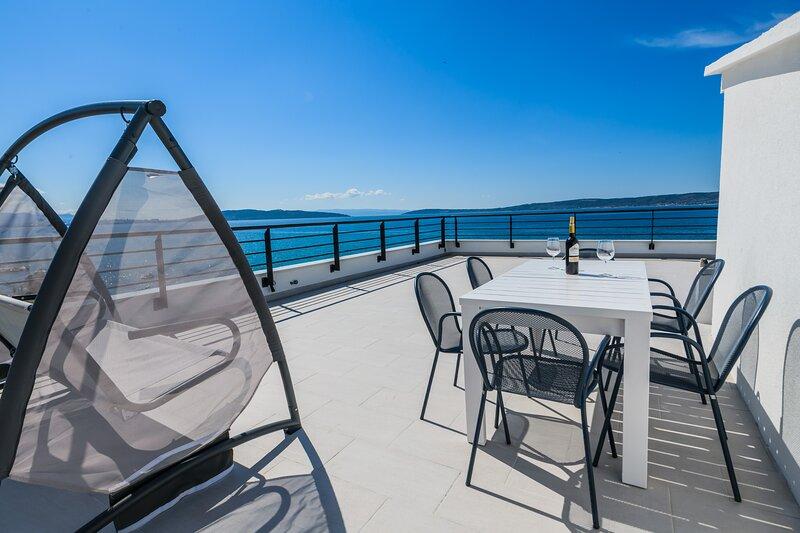 Modern beach apt with a 100 m2 rooftop sea view terrace, aluguéis de temporada em Kastel Stari