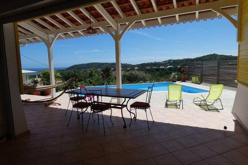 Villa d'architecte neuve de style créole avec belle vue mer, 8 couchages, location de vacances à Le Marin