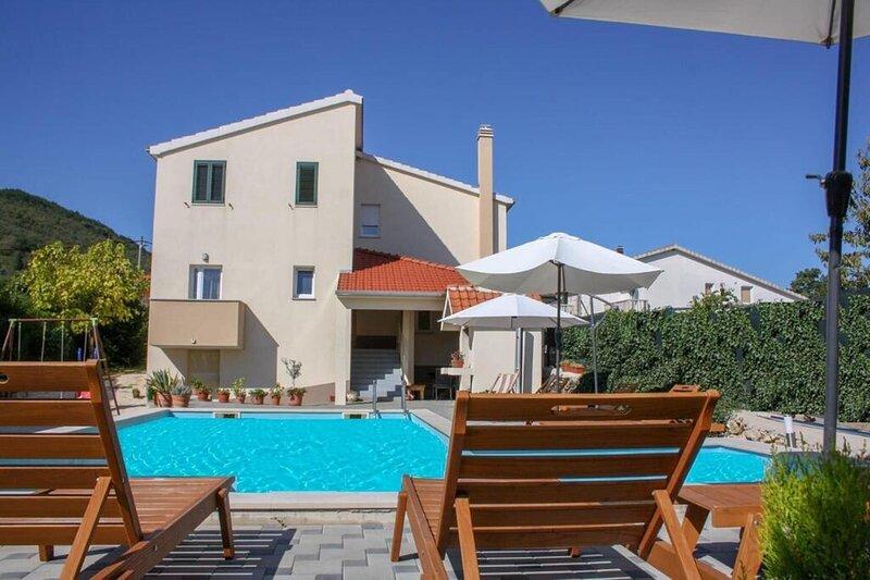 Villa Matia I with pool, aluguéis de temporada em Imotski