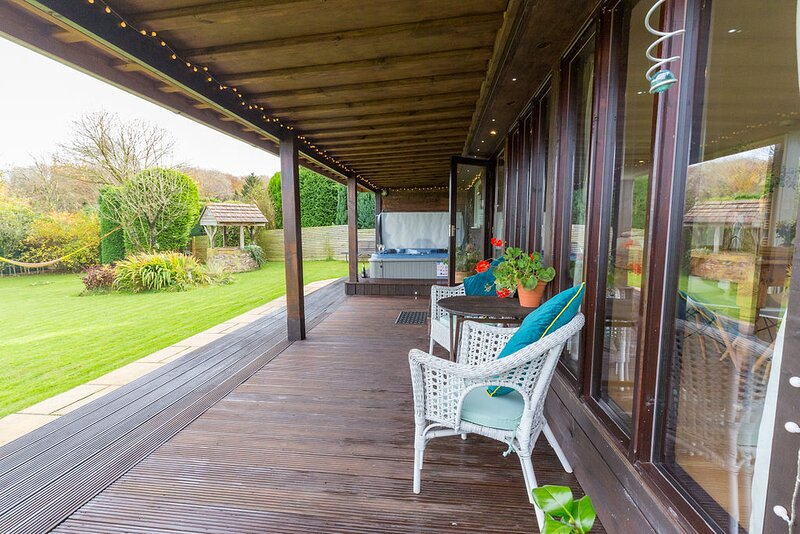 Eden lodge (with private hot tub & large enclosed garden), holiday rental in Culmstock
