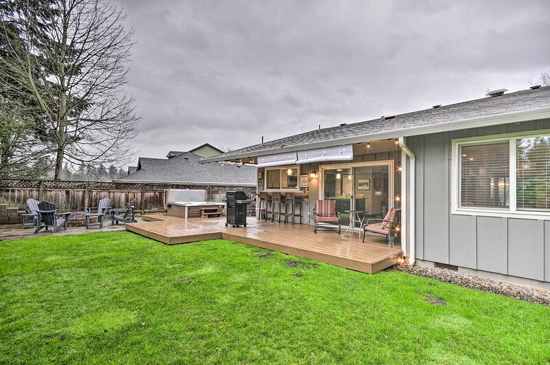 NEW! Portland Area Retreat: Hot Tub & Outdoor Bar!, holiday rental in Wilsonville