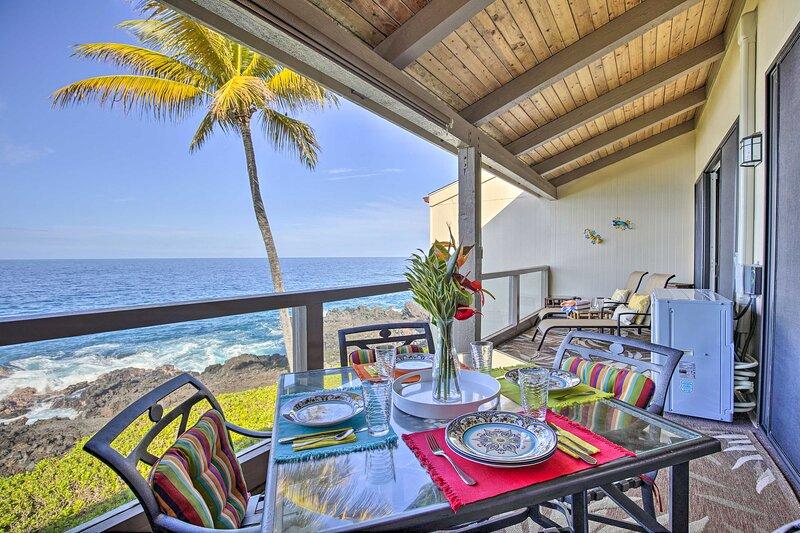 NEW! Airy Oceanfront Kailua-Kona Gem w/ Pool & A/C, holiday rental in Kahaluu-Keauhou