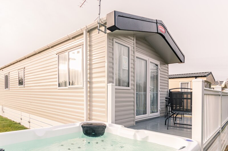 Yorkshire Lodge with Hot Tub, holiday rental in Millington