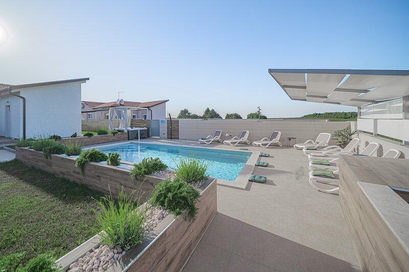 Elegant Villa Bruio with an outdoor hot tub and a pool, alquiler de vacaciones en Novigrad
