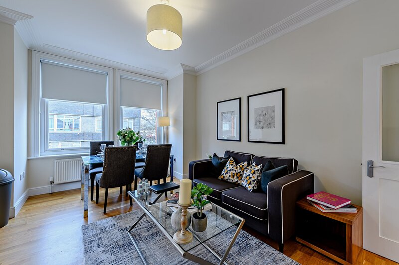 Spacious 3 Bedroom Apartment in Hammersmith, vacation rental in Hounslow