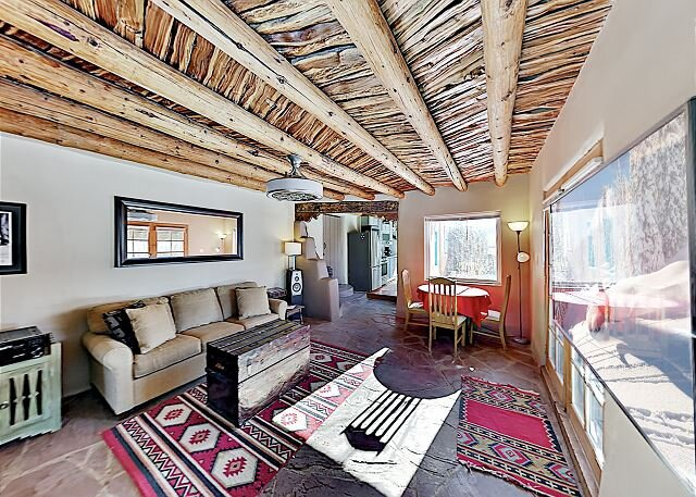 Casa De Kiva | Tranquil Oasis with Fire Pit & Smart TVs | 5 Minutes to Town, holiday rental in Taos County