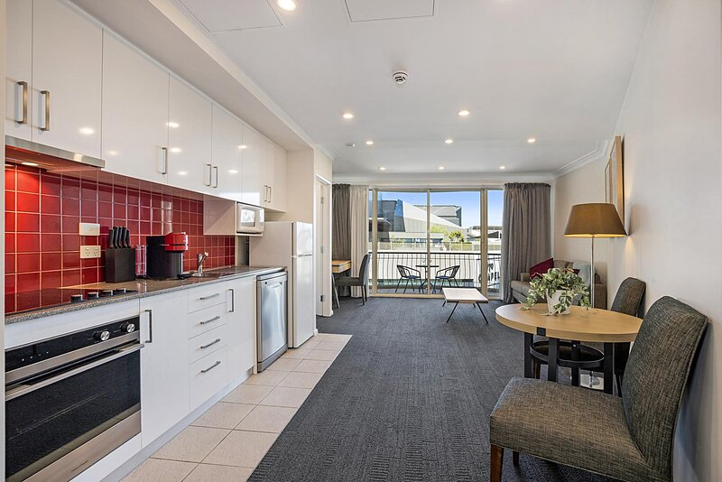 Cosy Unit with Balcony near Dining and Shopping, holiday rental in Toorak