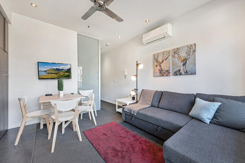 2-Bed Unit with Balcony near St Kilda Beach – semesterbostad i Caulfield