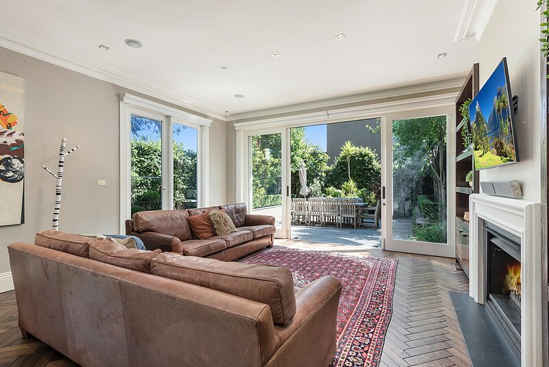 Luxurious 3-Bed House with BBQ Patio and Parking, holiday rental in Toorak