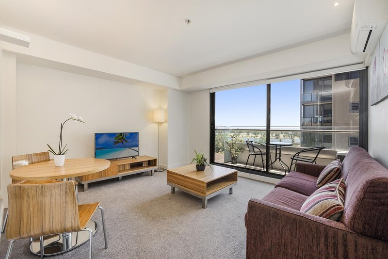 1-Bed Apartment with Lake Views Near Parks and Trams, holiday rental in South Yarra