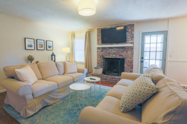 Centrally-Located Home Minutes From Beaches & Downtown Charleston.  Terrific Bac, holiday rental in Mount Pleasant