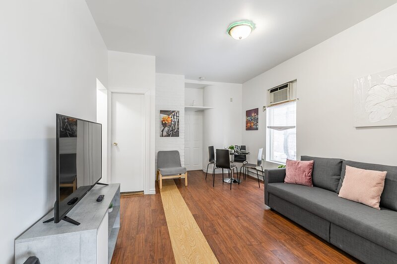 Spacious 3BR Apartment - Steps Away From Leslieville!, vacation rental in Toronto
