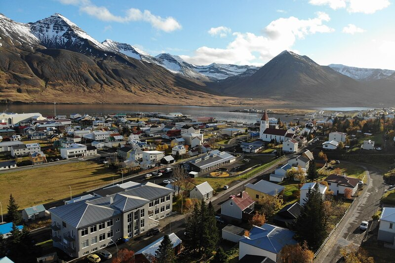 Modern apartment in Siglufjörður with amazing mountain view, holiday rental in Olafsfjordur