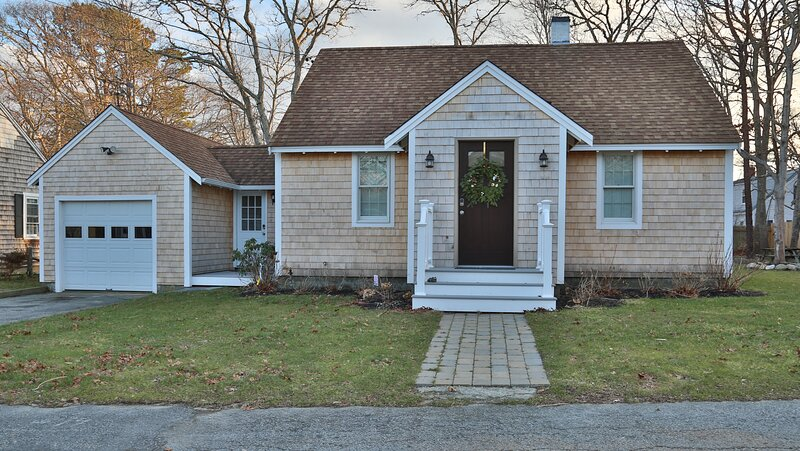 NEW LISTING = Cozy Cape: walk to beach & Main St., holiday rental in Hyannis