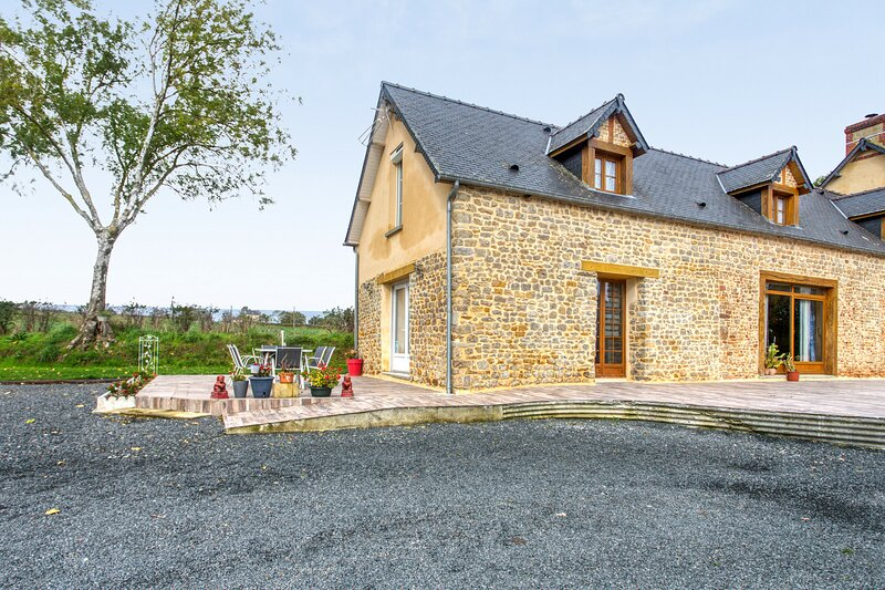 Amazing house with terrace, vacation rental in Cerisy-la-Foret