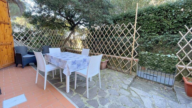Bilocale con spazio esterno a mt. 50 dal mare - Pino Italico, holiday rental in Castiglioncello