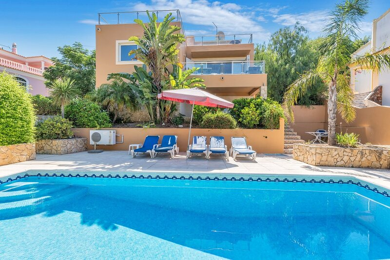 3-Bed Villa 10 mins to the Beach in Albufeira, holiday rental in Patroves