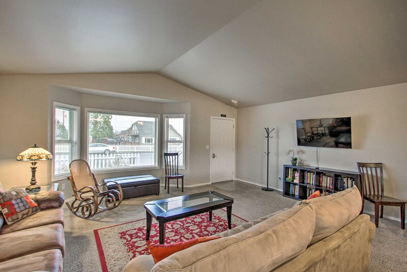 NEW! Quiet Sequim Home, Walk to Dining & Festivals, holiday rental in Carlsborg