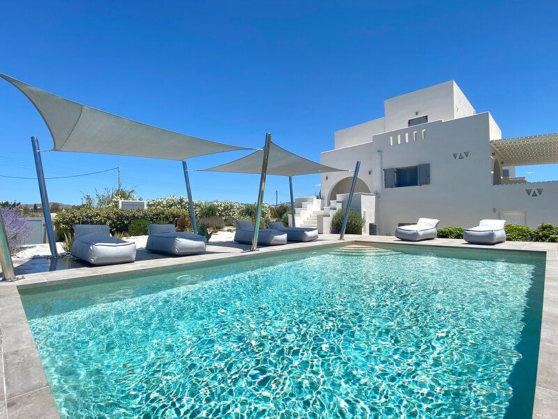 Seaside Naxos • Villa Aphrodite • 4 BDR Ensuite with Private Pool at Plaka Beach, holiday rental in Plaka