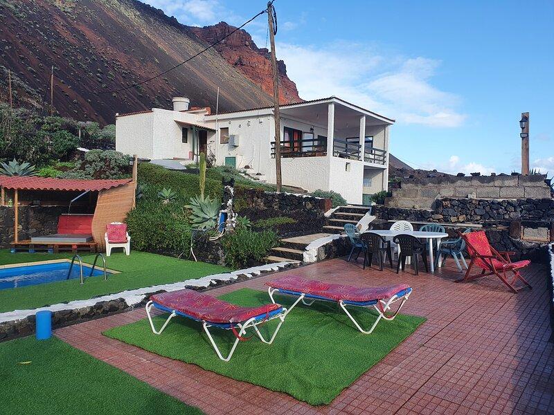 CASA RURAL: PISCINA, BARBACOA, GRAN TERRAZA, SOLARIUM Y FINCA, alquiler de vacaciones en El Hierro