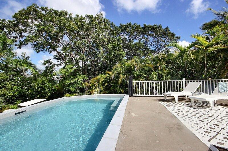 Coconut Bay: domaine privé les pieds dans l'eau, piscine et ponton privé, location de vacances à Trois-Îlets