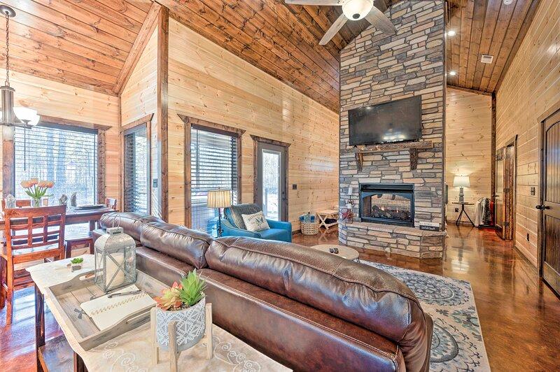 NEW! Romantic Cabin: Hot Tub, Fire Pit & Deck!, location de vacances à Broken Bow