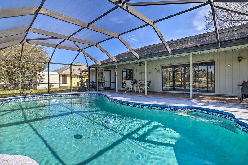 NEW! Lakewood Park Home on Fairway, 4 Mi to Beach!, location de vacances à Fort Pierce