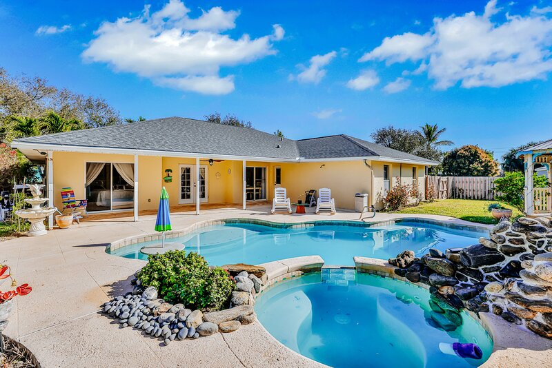 Family Friendly Home with Private Pool, Central AC, and Private Washer/Dryer!, alquiler de vacaciones en Indian Harbour Beach