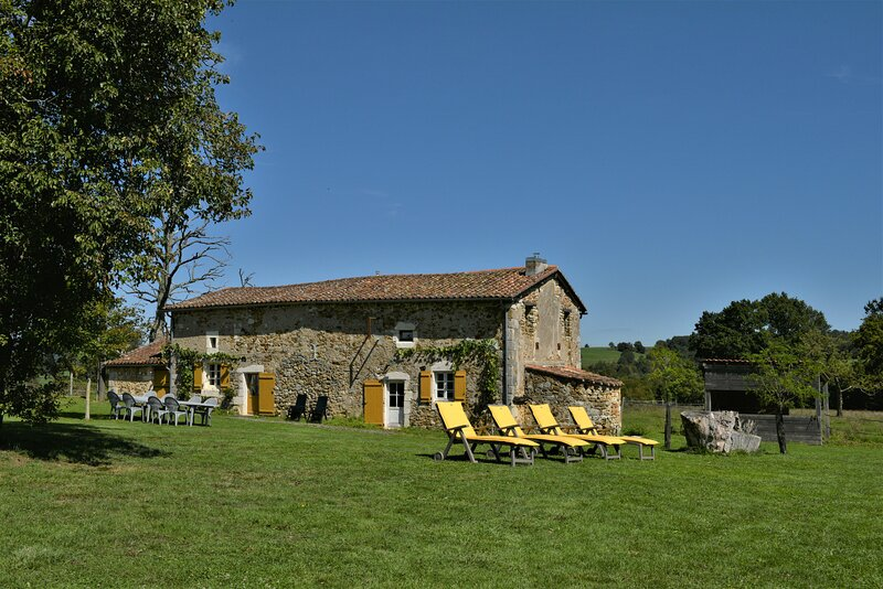Gîte familiale 9 personnes, en Charente DOMAINE DE CHABROT, proche d'Angoulême, location de vacances à Yvrac-et-Malleyrand