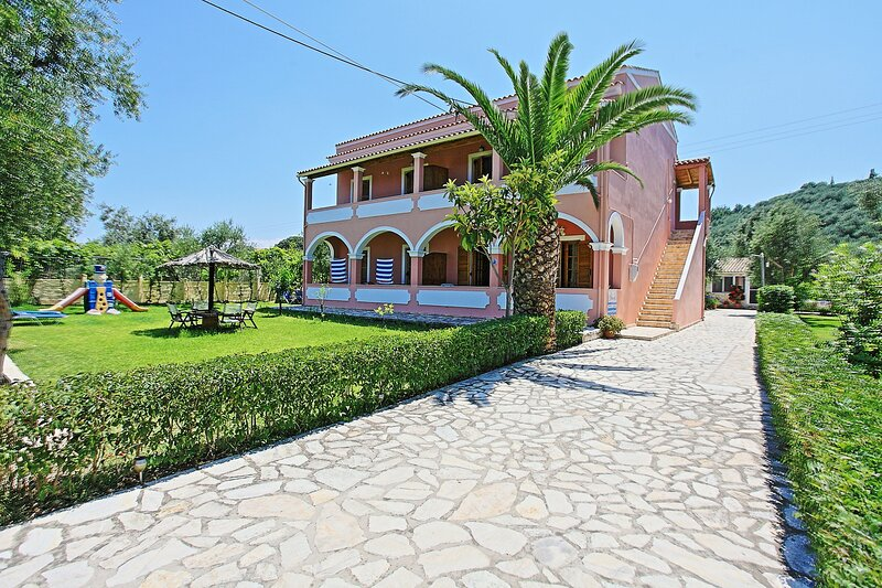 Dalia Apartment: Two bedroom apartment in private landscapes, with use of pool,, location de vacances à Acharavi