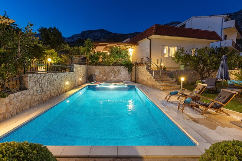 VILLA OLD OLIVE, 3lovelyvillas- private pool with sea view, 2 bedrooms, alquiler vacacional en Makarska
