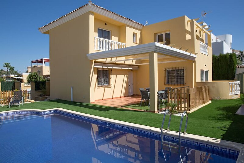 Villa Sorbas, Modern 3 bedrooms, Private Pool, 10 minute drive to Mojacar Beach, holiday rental in Turre